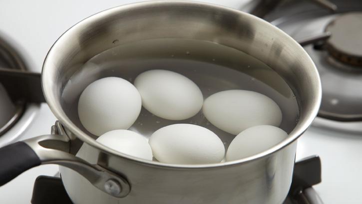 Luộc trứng kiểu này còn độc hơn ngâm trong thạch tín, nhiều người Việt vẫn làm theo mà không hề biết