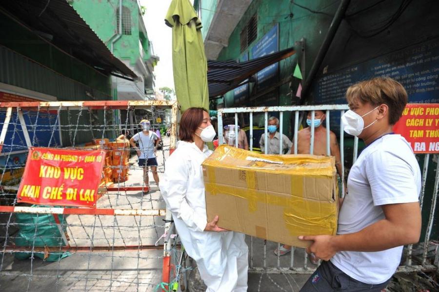 Ông xã Việt Hương tiết lộ chỉ tính làm từ thiện 2 tuần nhưng giờ sẽ làm đến khi Sài Gòn hết dịch